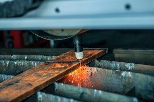 wycinarka plazmowo-gazowa przecina belkę stalową